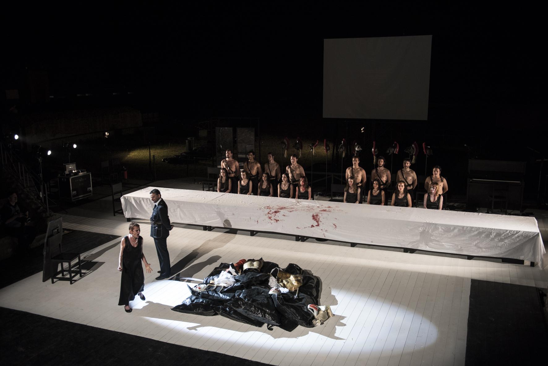 Una scena di Le Troiane regia di Valery Fokin e Nicolay Roschin