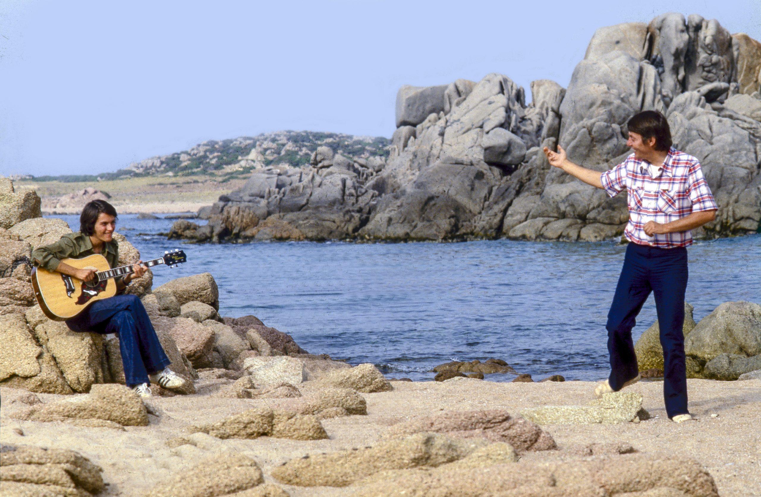 Fabrizio De André con il figlio Cristiano sulla spiaggia